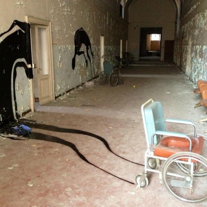 Арт-объекты заблудших душ пациентов в заброшенной психиатрической клинике. Италия, Парма.