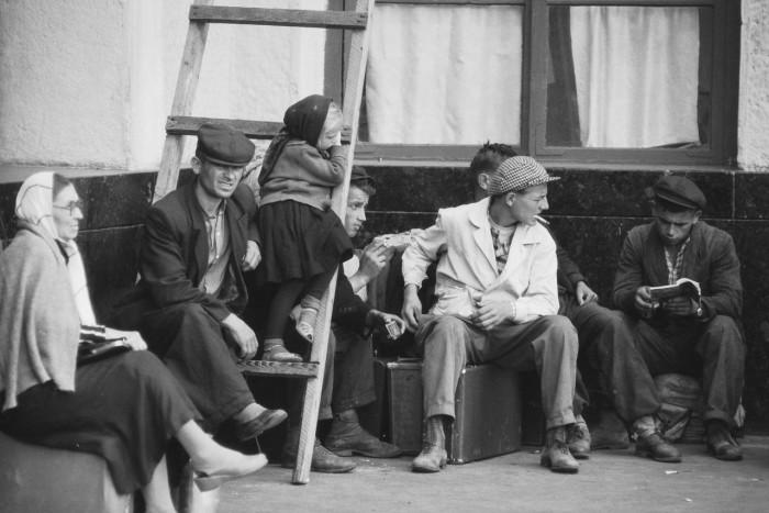 В ожидании автобуса. Москва, 1960-е годы.