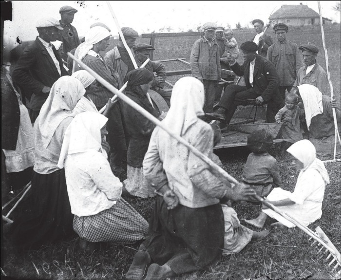 Дача распоряжений на собрании в селе Удачное. СССР, Украина, Донецкая область, 1930 год.