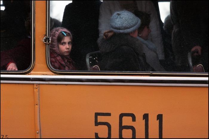 Девочка младших классов, едущая утром на учебу в троллейбусе. СССР, Москва, 1986 год.