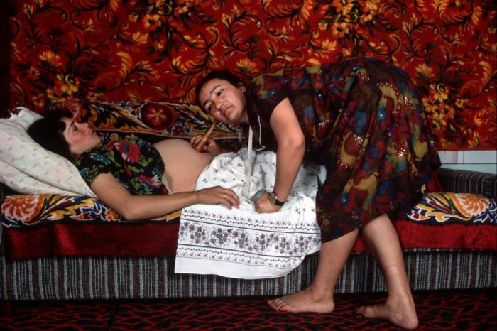Врач-акушер, осматривающий беременную женщину. СССР, Бухара, 1986 год.