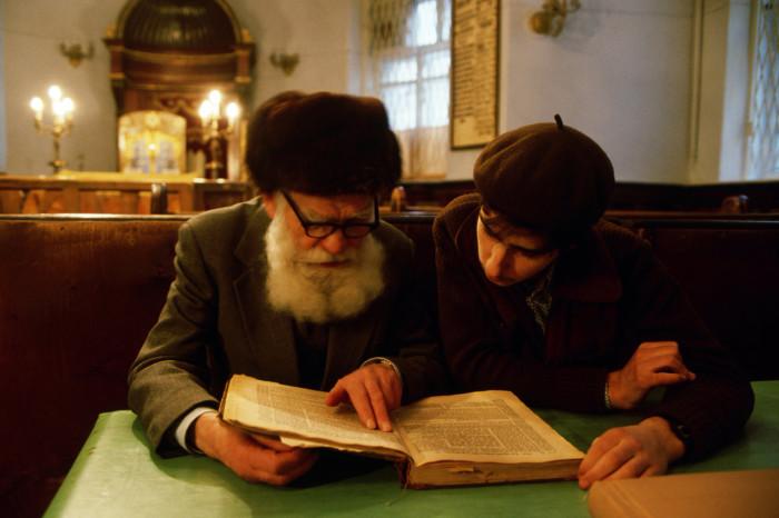 Раввин толкующий Тору молодому ученику в синагоге. СССР, Москва, 1987 год.