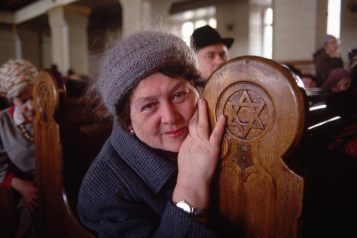 Женщина, пришедшая на службу в синагогу. СССР, Москва, 1990 год.