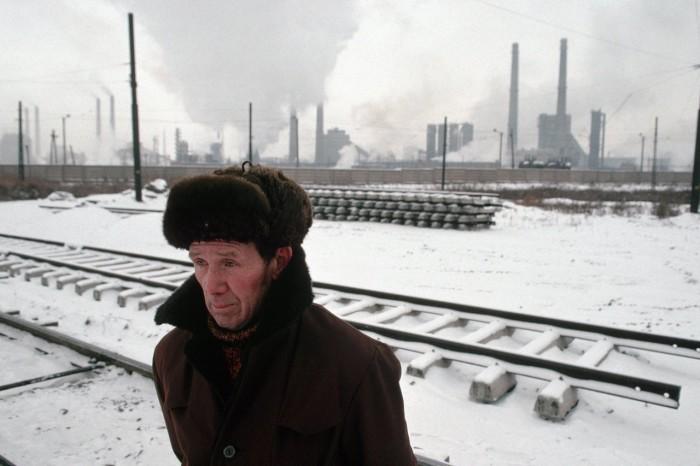 Мужчина, идущий в районе Челябинского металлургического комбината. Россия, Челябинск, 1991 год.