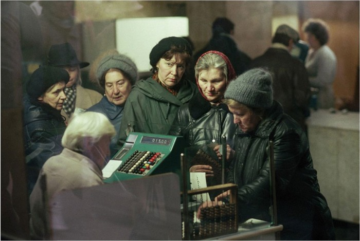 Люди, терпеливо ждущие своей очереди. СССР, Москва, 1991 год.