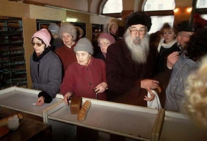 Длинные очереди за хлебом. СССР, Москва, 1991 год.