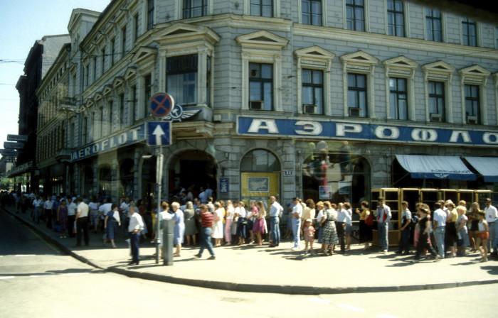 Очередь за билетами авиакомпании Аэрофлот. СССР, Москва, 1991 год.