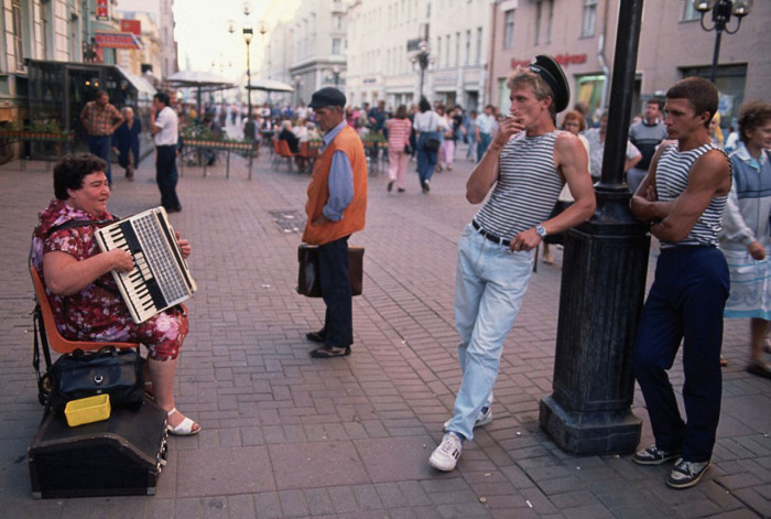Женщина, играющая на аккордеоне. СССР, Москва, 1991 год.
