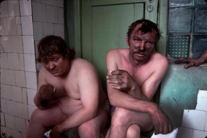 Шахтеры в бане после тяжелого рабочего дня. Россия, Новокузнецк, 1991 год.