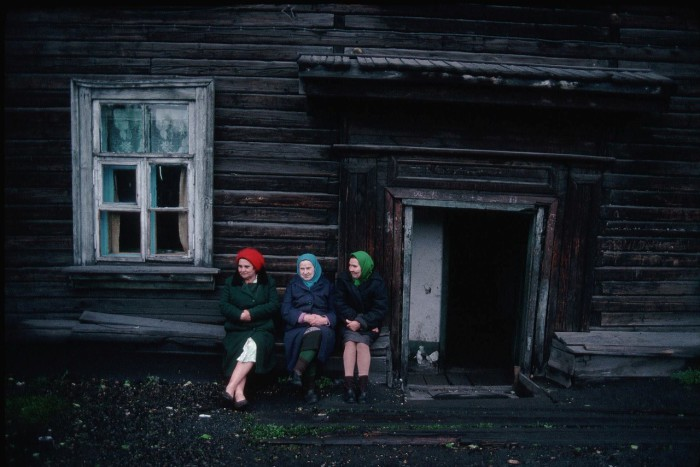 Пожилые женщины, сидящие возле дома. СССР, Новокузнецк, 1991 год.