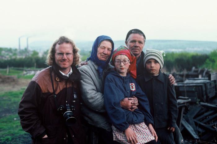 Питер Тернли с местными жителями. СССР, Сибирь, 1991 год.