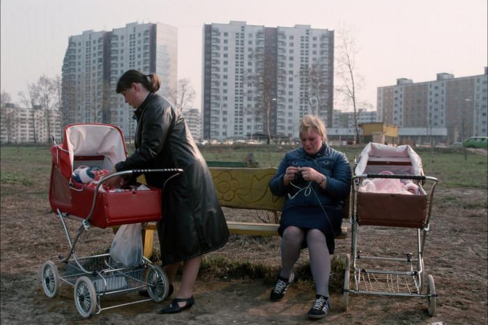 Женщины, гуляющие с маленькими детьми. Россия, Москва, 1992 год.