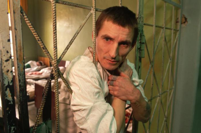 Осужденный в камере психиатрической больницы. Россия, Москва, 1992 год.
