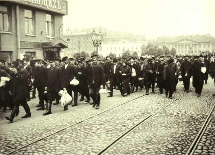 Мобилизованные на пути в казармы. Петроград, август 1914 года. Из собрания Центрального государственного архива кинофотофонодокументов Санкт-Петербурга. Фото: «Карл Булла».