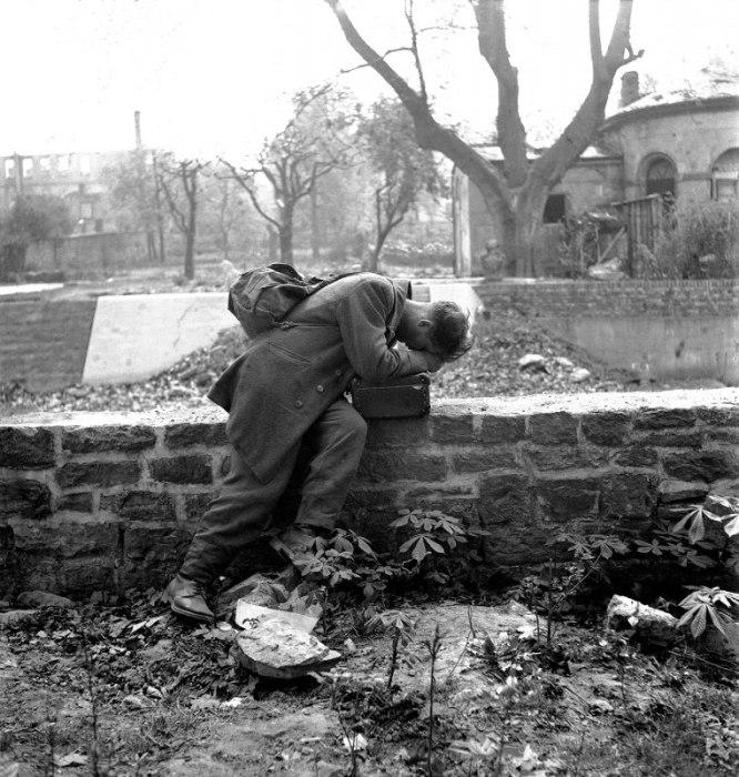 Бывший немецкий военнопленный, вернувшийся из США, на месте своего разрушенного дома во Франкфурте-на-Майне в 1947 году.