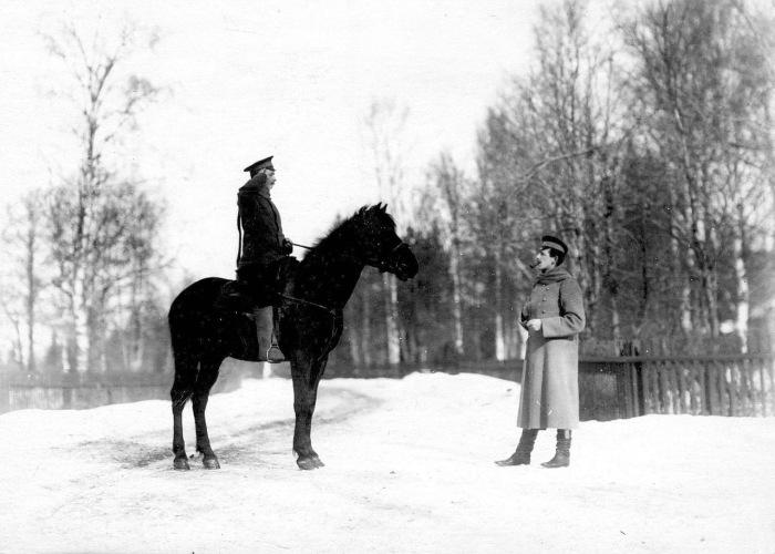 Рядовой на лошади докладывает офицеру пограничной стражи. Россия, 1908 год.