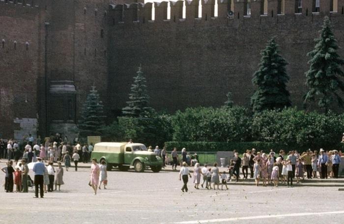 У стен Кремля. СССР, Москва, 1963 год.