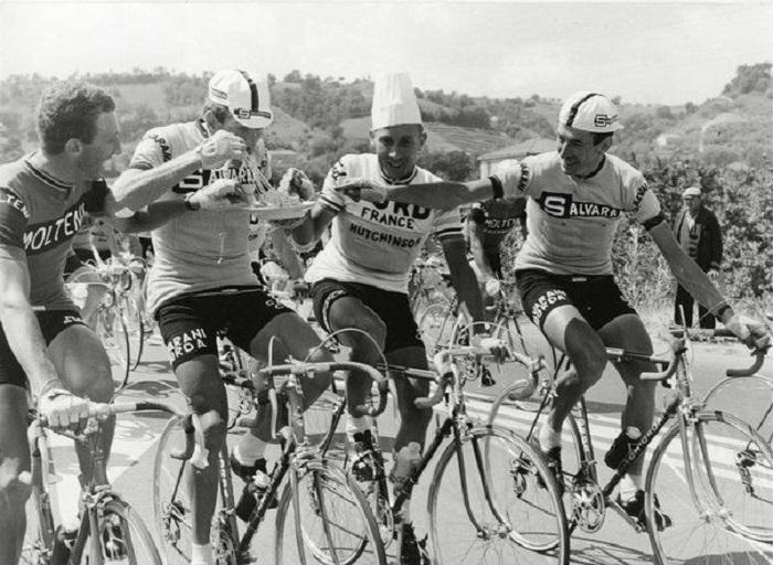 Велогонщики перекусывают на ходу во время прохождения этапа велогонки Джиро д'Италия.