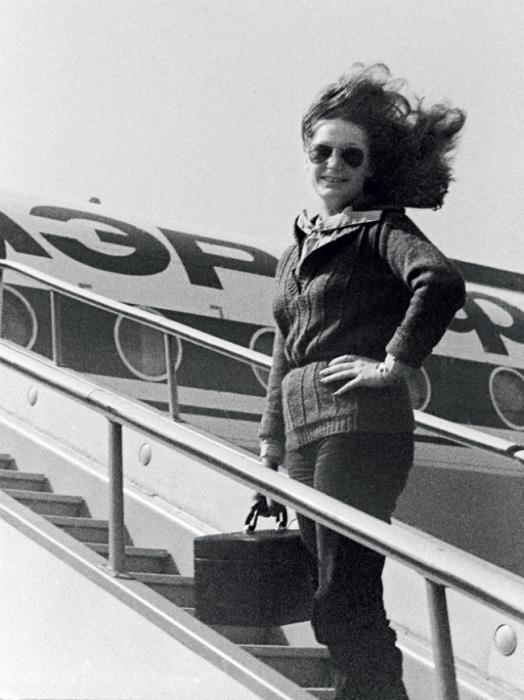 Советская эстрадная певица во время гастролей в 1970-е годы.