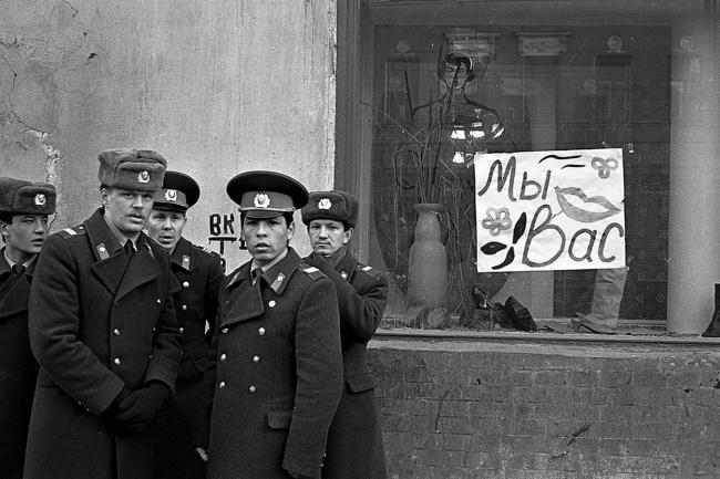 Казанскому фотографу Евгению Канаеву удалось поймать в свой объектив дух и атмосферу далеких 90-х в Казани, апрель 1991 год. Автор фотографии: Evgeny Kanaev.