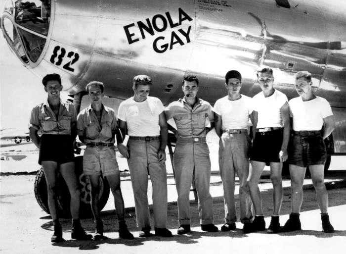 Экипаж американского бомбардировщика Б-29 Enola Gay позирует возле своего самолета.