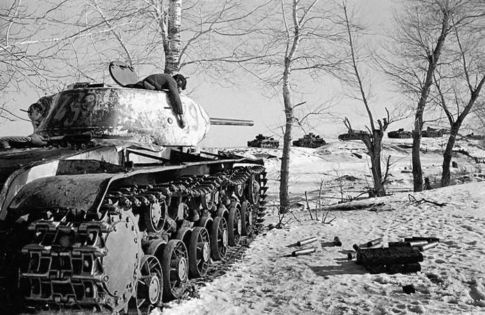 Расстрелявший немецкую танковую колонну советский танк КВ-1C и его погибший танкист. Воронежский фронт, Январь-февраль 1943 года.
