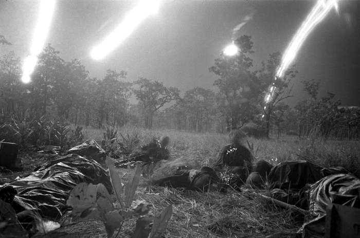 В полночь после тяжёлых и изнурительных боёв отряд в количестве 23 человек во главе с сержантом Фредериком Клюге отправился на поиски группы из 26 раненых американцев во главе с командиром взвода вторым лейтенантом Робертом Жанеттом.  На фотографии запечатлены убитые и раненые солдаты третьего батальонов американской 1-й кавалерийской дивизии, которые неожиданно попали под огонь партизан при попытке выйти из окружения в долине Йа-Дранг, 18 ноября 1965 года.