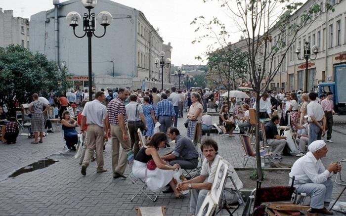 Уличные художники на Арбате. СССР, Москва, 1989 год.