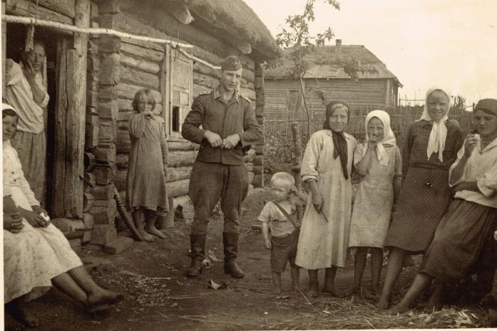 Украинский коллаборационизм выражался в различных формах сотрудничества местного населения с нацистами. СССР, Западная Украина, 1941 год.