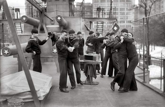 Танцы на палубе деревянного крейсера в 1917 году.