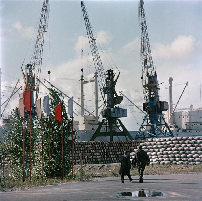 Работающие краны в Таллинском порту. СССР, Эстония, 1960-е годы.