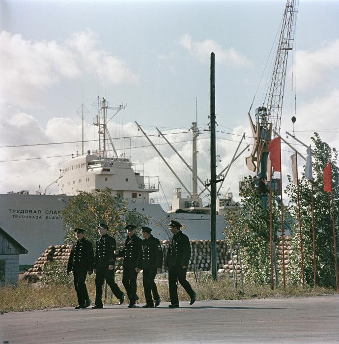 Моряки идут на службу в Таллинском порту. СССР, Эстония, 1960-е годы.