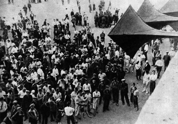 Советские люди слушают правительственное заявление о начале войны 22 июня 1941 года.