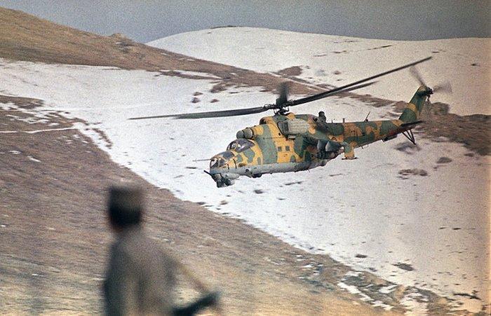 Боевой вертолёт обеспечивает прикрытие советского конвоя, который поставляет в Кабул продовольствие и топливо. Афганистан, 30 января 1989 года.