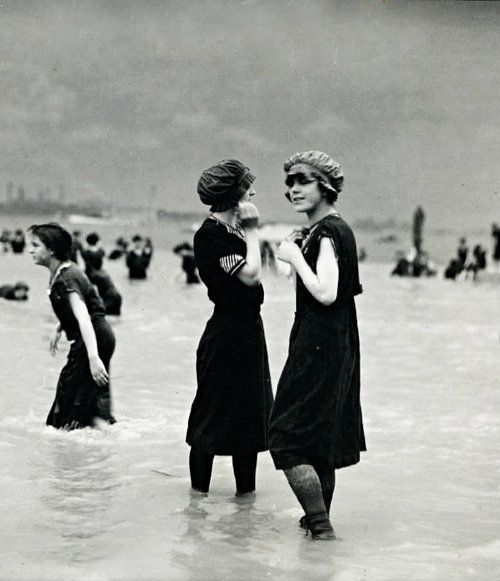 Две девушки на пляже в 1890 году.