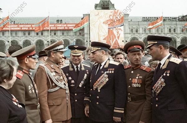 Знаменитый советский ас Александр Покрышкин беседует с участниками парада 9 мая 1965 года.