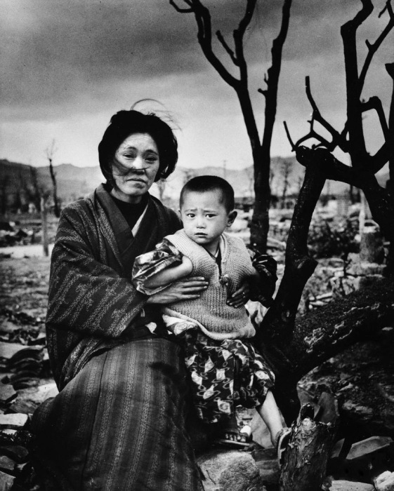 Японская женщина со своим сыном на фоне разрушенной Хиросимы в декабре 1945 года.
