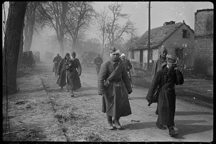 Раненые солдаты и офицеры идут на перевязку в районе Зееловских высот. Германия, апрель, 1945 год.
