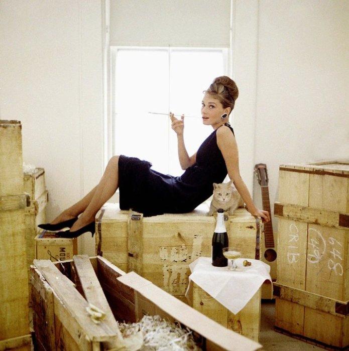 Редкая фотография Одри Хепберн для рекламы фильма «Завтрак у Тиффани».