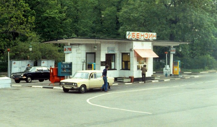 Автозаправка в Ленинграде в 1985 году.