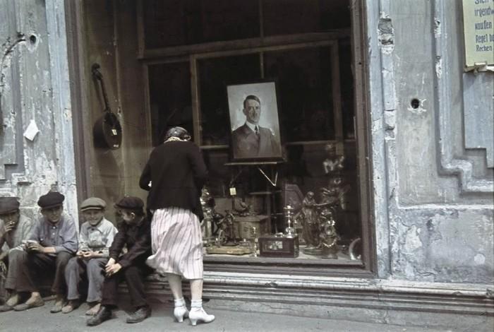 Портрет Адольфа Гитлера в витрине магазина в оккупированном Харькове в 1942 году.