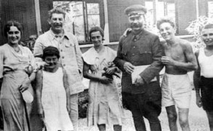 Иосиф Сталин, Ольга Климович, С. М. Буденный, Василий Сталин и Артем Сергеев, приемный сын Сталина. СССР, 1930-е годы.