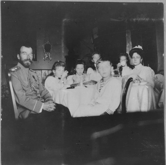 Николай II, его жена императрица Александра, четыре их дочери и наследник Алексей.