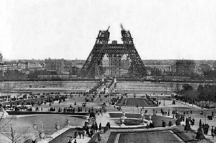 Строительство металлической башни в центре Парижа в 1888 году.