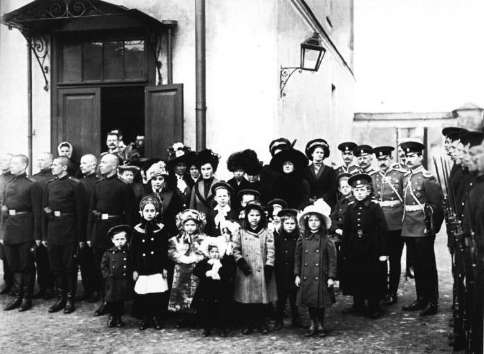Солдаты, офицеры и члены их семей. Россия, 1911 год.