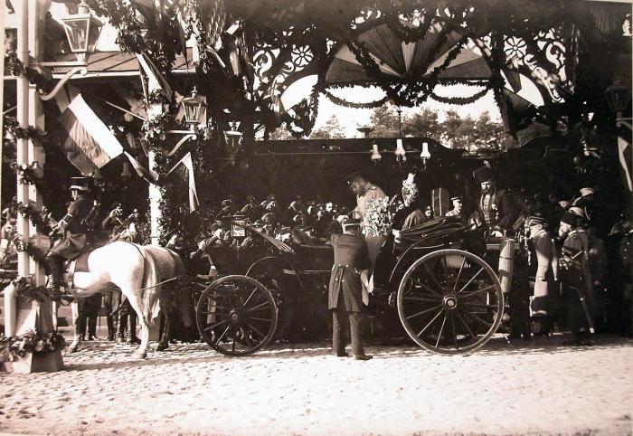 Военные чины встречают прибывших императора Николая II и императрицу Александру Федоровну в 1897 году.