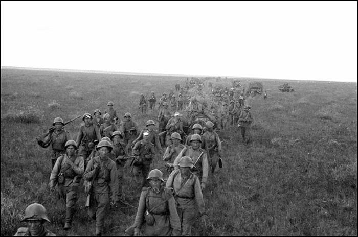 Передвижение советской пехоты по степям Маньчжурии. Забайкальский фронт, 1945 год.