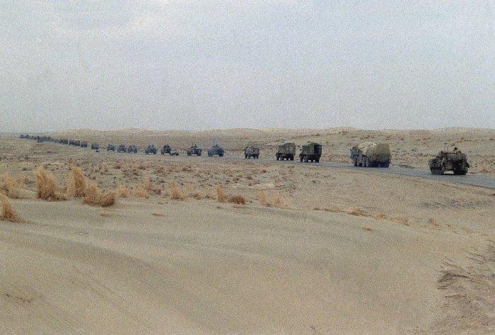 Колонна советских танков и военных грузовиков уходит из Афганистана, 7 февраля 1989 года.