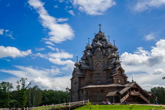 25 куполов у церкви во имя Покровы Пресвятой Богородицы.