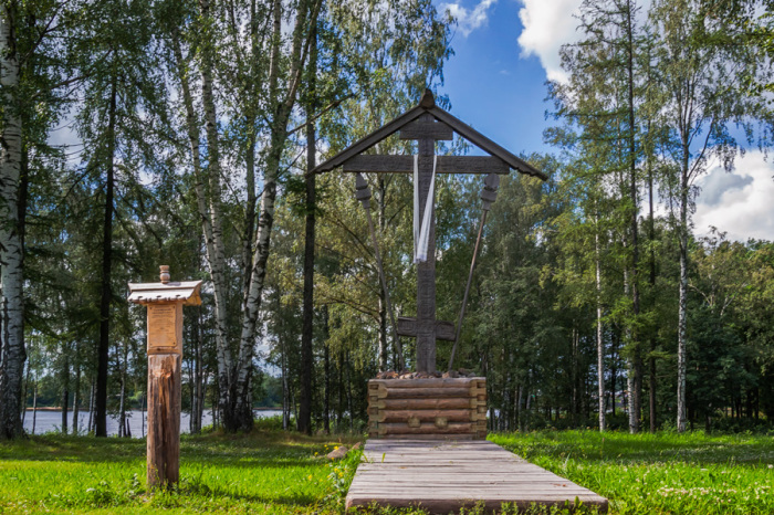 Соловецкий поклонный крест, установленный в память о восстановлении Покровского храма.